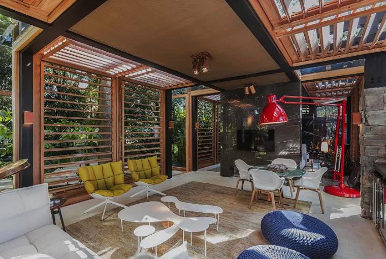 Casa do Bosque - Davi Bastos. Com 74 m², pavilhão de David Bastos tem brises e armação de madeira de reflorestamento. A proposta funcional pode ser adaptada a diversos climas e paisagens do Brasil