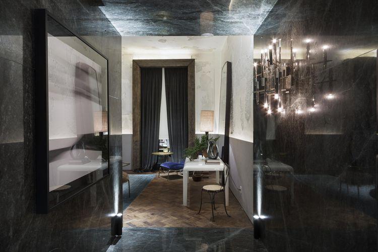 Sala do Apartamento - Osvaldo Tenório. O arquiteto preferiu manter o piso e as paredes semi-descascadas originais, adotando-os como base de uma decoração eclética.