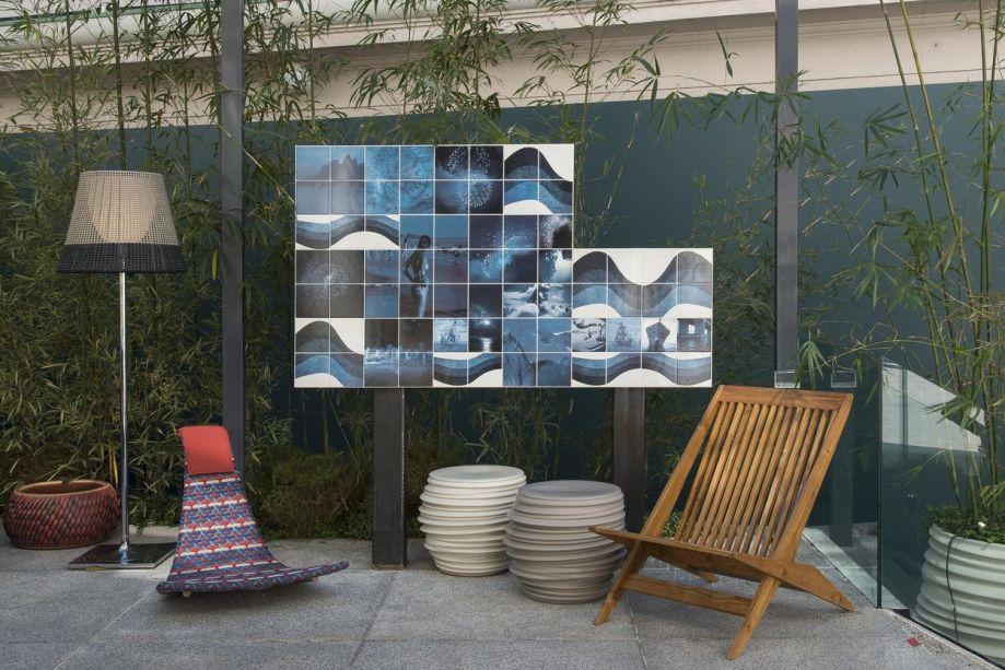Tenda - René Fernandes. Uma lareira horizontal e recursos visuais como o painel de azulejos com cenas do Rio de Janeiro, de Claudia Jaguaribe.