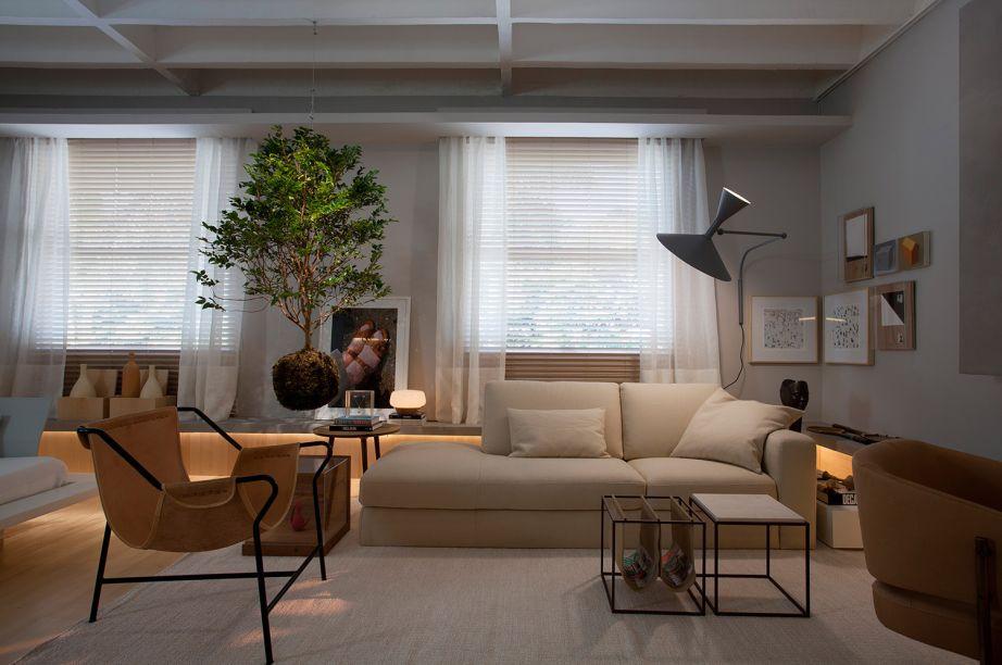 Estúdio Jabuticaba - Nildo José. A sensação de continuidade e amplitude vem do uso de madeira canadense no piso sem rodapés e nas paredes.