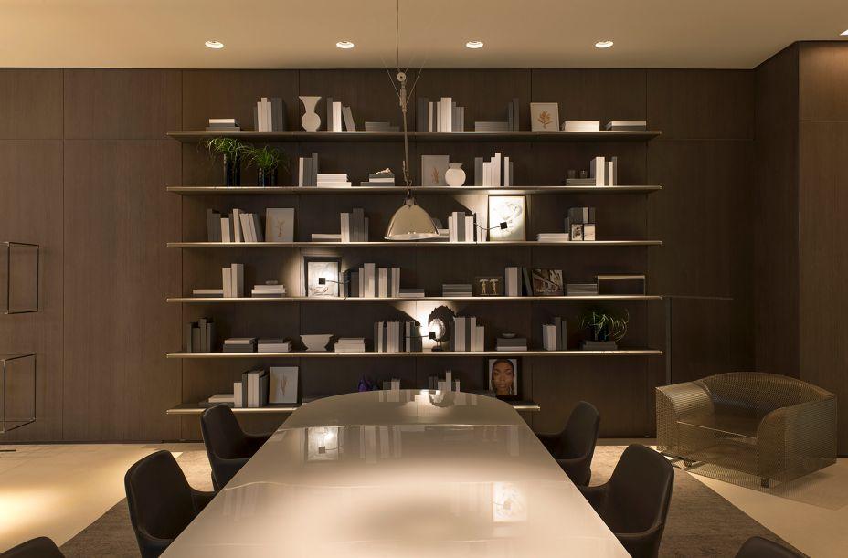Experiência Ornare - João Armentano. Duas escolhas orientam o projeto: paredes revestidas com painéis em madeira e móveis camuflados, como armários de cozinha, estantes da sala de jantar e a mesa do home office.