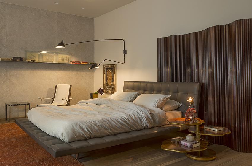 Suíte do Casal - Catarina e Renata Hermanny. Pedra, linho e couro e a madeira - que reveste tanto o quarto como a sala de banho - criam um aconchegante jogo de texturas.
