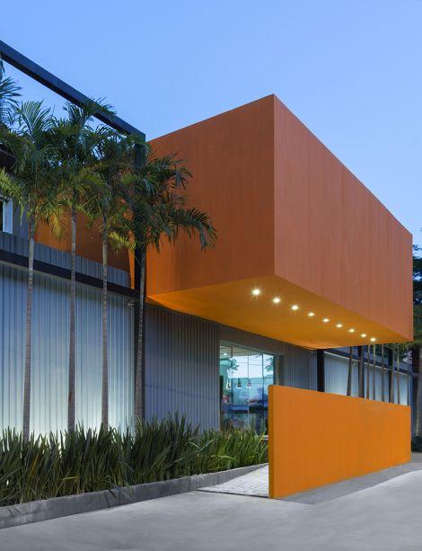 <span>Fachada – Leo Romano. O espaço conta com uma arquitetura limpa e contemporânea, que trabalha os volumes de forma inovadora, ousada e autoral.</span>