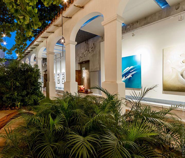 <span>Galería Urbana - Bernardo Boehme. O estilo colonial da edificação foi mantido na proposta, para criar um contraste com o espaço desenhado a partir de linhas e tonalidades puras.</span>