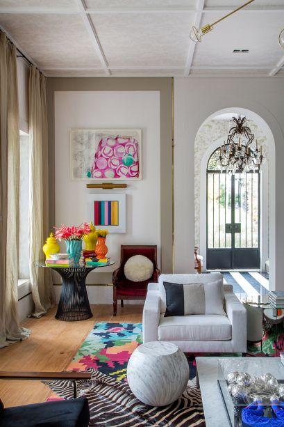 <span>Living - Paola Ribeiro. As cores são uma marca do projeto, com branco, preto, cereja, verde, amarelo e azul. Junto com a base neutra, elas revigoram a construção sem abrir mão dos elementos arquitetônicos originais.</span>