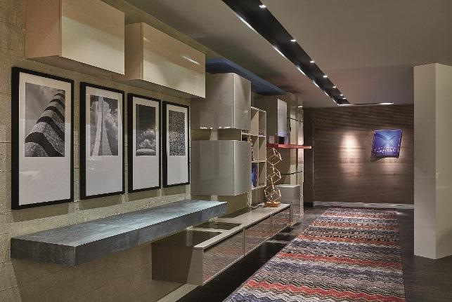 Lounge BRB - Raul Azevedo e Álvaro França. Com 90 m², o ambiente corporativo é pensado para abrigar eventos e reuniões. Os arquitetos apostaram no contraponto entre materiais brutos e brilhantes, como o alto brilho italiano e o mármore Palomino escovado, para jogar com a dualidade entre o natural e o construído pelo homem.