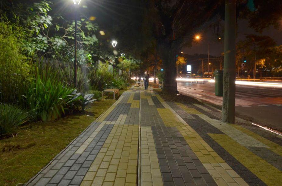 """Benedito Abbud, """"Se essa rua, fosse minha..."""". A calçada da CASA COR SÃO PAULO não é apenas uma calçada, mas um projeto de um dos maiores paisagistas brasileiros. """"Para cumprir a missão, em conjunto com a Casa Cor, resgatei o conceito da Calçada Viva em uma releitura contemporânea, reuni ideias para garimpar possíveis espaços de convivência junto ao verde em centros urbanos densos como São Paulo e oportunidades em gentilezas urbanas, também escolhi parceiros estratégicos que desenvolveram soluções integradas em tecnologia e infraestrutura verde"""", explica o arquiteto Benedito Abbud. Além de todo verde exuberante, o projeto possui soluções inovadoras, materiais e sistemas construtivos que facilitam a drenagem e o reúso de água nas cidades. Entre eles estão os parceiros: Tec Garden e o SUDS, ambos produtos da Remaster. O piso intertravado e permeável da indústria Intercity."""