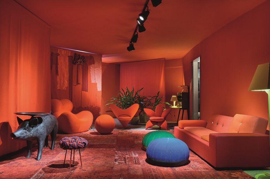 Foyer - Leo Romano e Ney Lima. A dupla faz o visitante sair da zona de conforto com uma decoração monocromática e impactante na cor vermelha -, das paredes aos sofás, passando pelas cadeiras e objetos de arte - com várias peças icônicas de design.