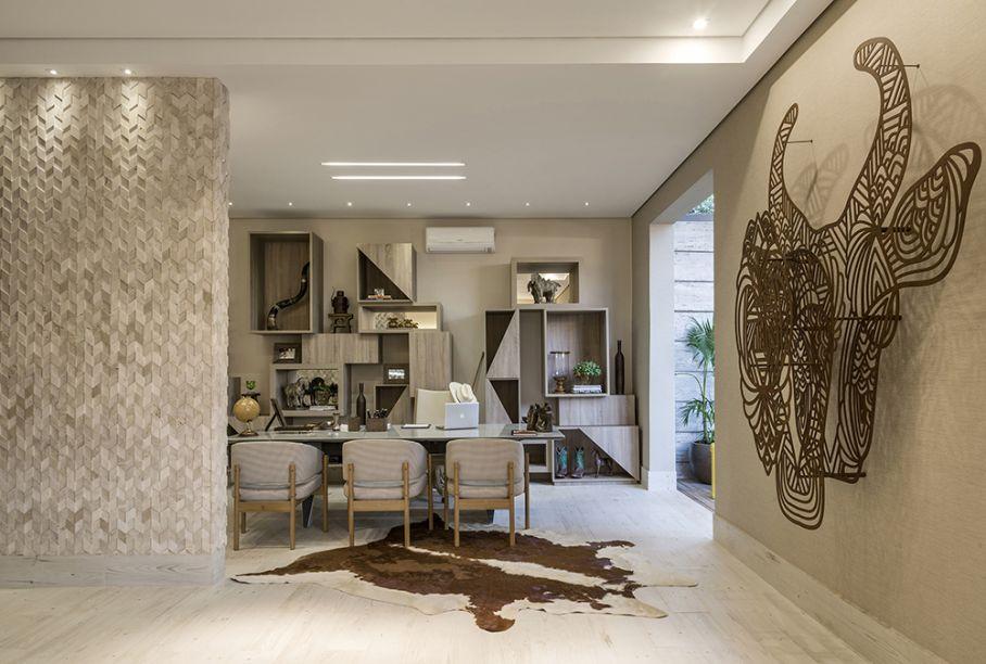 <span>Loft Fazenda – Mariela Romano. A profissional integrou home Office, estar e varanda, inspirada no conforto das casas de fazenda. A meio caminho do rústico e do requintado, aposta na escultura em aço corten e na estante com nichos assimétricos, desenhada por ela própria. No piso, o porcelanato claro</span>