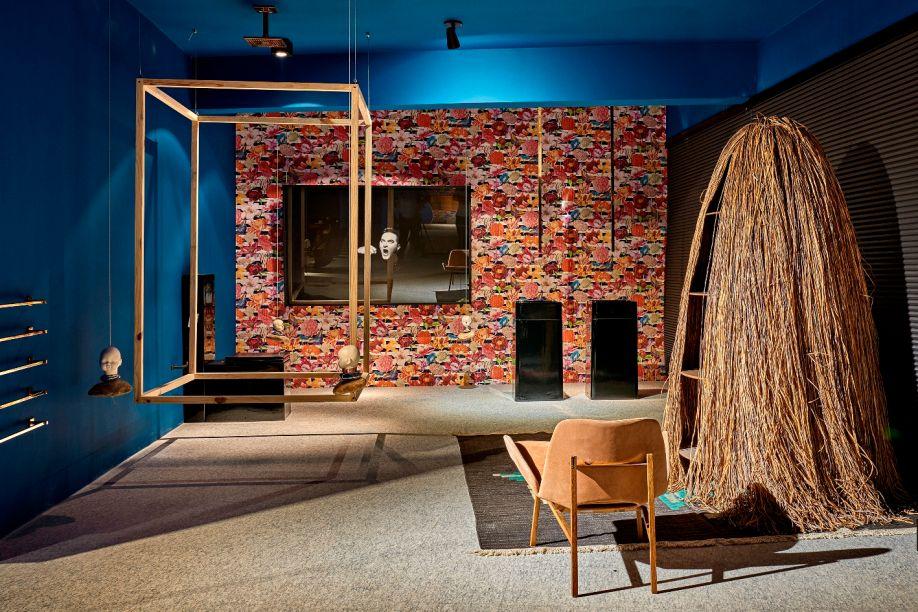 Casa Leo - Leo Romano. A estante Cabana, dos Irmãos Campana, é destaque em um dos ambientes minimalistas. Estruturas de madeira, suspensas com cabos de aço e finalizadas com cabeças de cerâmica e pedras, arrematam.