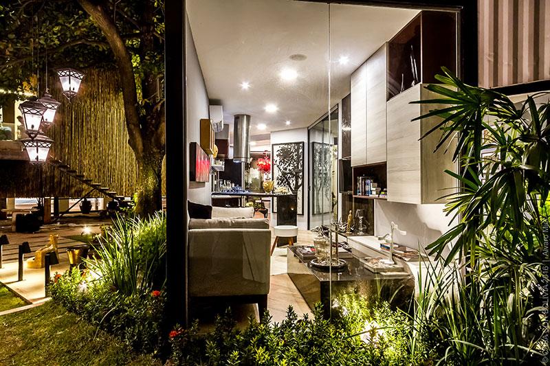 <span>Refugio Contemporáneo - Eduardo Baldelomar. No espaço de 12 x 12m, distribuem-se a cozinha com copa e o estar, no térreo. Painéis em vidro integram visualmente os ambientes ao jardim.</span>