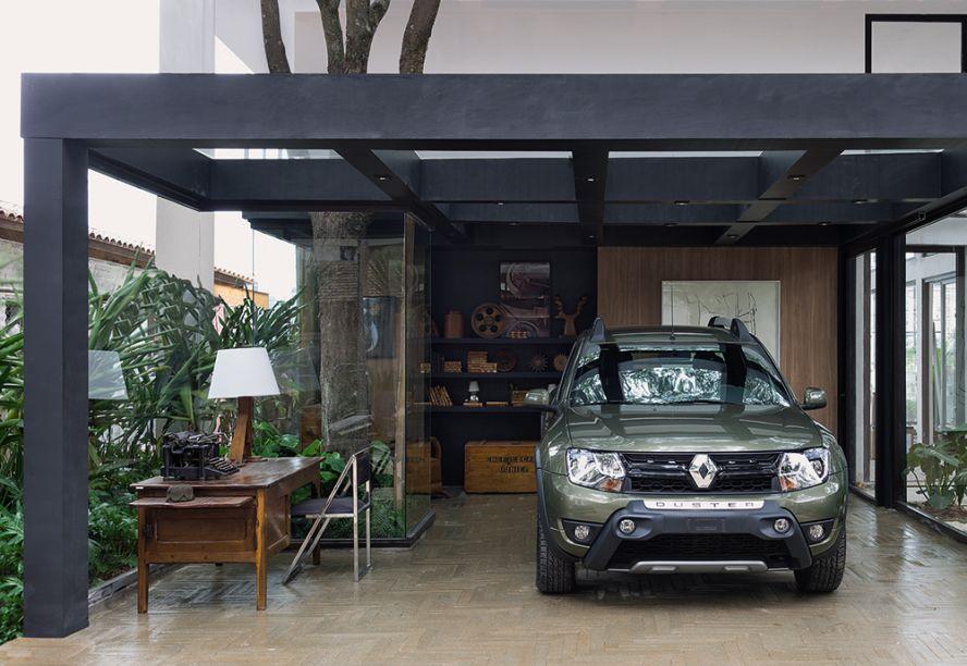 Casa com Garagem Renault - Ana Maria Vieira Santos. A arquiteta projetou uma morada de 160m2 com todos os confortos modernos, que se destaca pela integração com a natureza em espaços abertos. Uma das árvores existentes no local, inclusive, foi incorporada e envolvida por uma coluna em vidro.