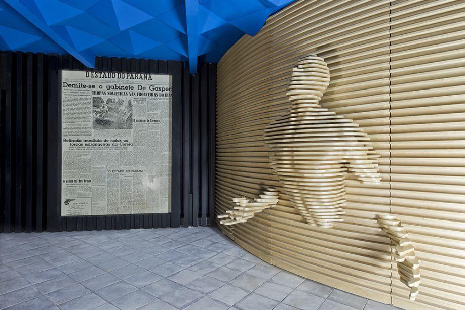Bilheteria e Galeria de Entrada - Cynthia Karas. O elemento principal do ambiente de 12 m², é a obra em 3D que emerge das paredes. Feita em chapas de MDF, é réplica de um trabalho do artista Matteo Pugliese. As cores preta e azul não entram em cena por acaso: são duas tendências para 2017, assim como as formas geométricas.