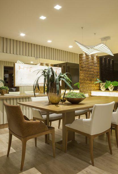 <span>Sala de Almoço e Lavabo - Alessandra Guidoni. Em 24,85 m², a Sala de Almoço surge como um ambiente acolhedor e integrado às demais áreas da residência. O revestimento decopainel, a marcenaria bem trabalhada e um balcão de ônix dão o tom moderno e acolhedor do ambiente.</span>