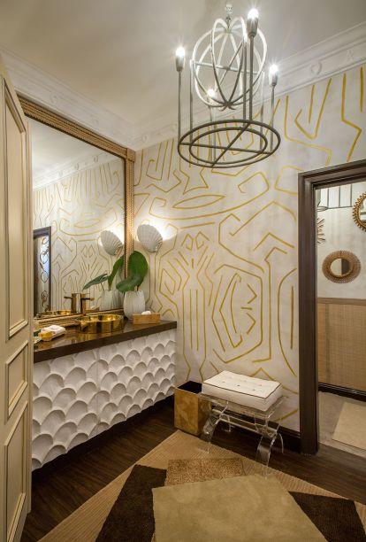 <span>Lavabo da praia - Jean de Just. Nesta praia-chique, o cobre e dourado dão um toque sofisticado. Ao mesmo tempo, paredes revestidas com textura de palha remetem à simplicidade - sem contar o chão coberto de areia!</span>