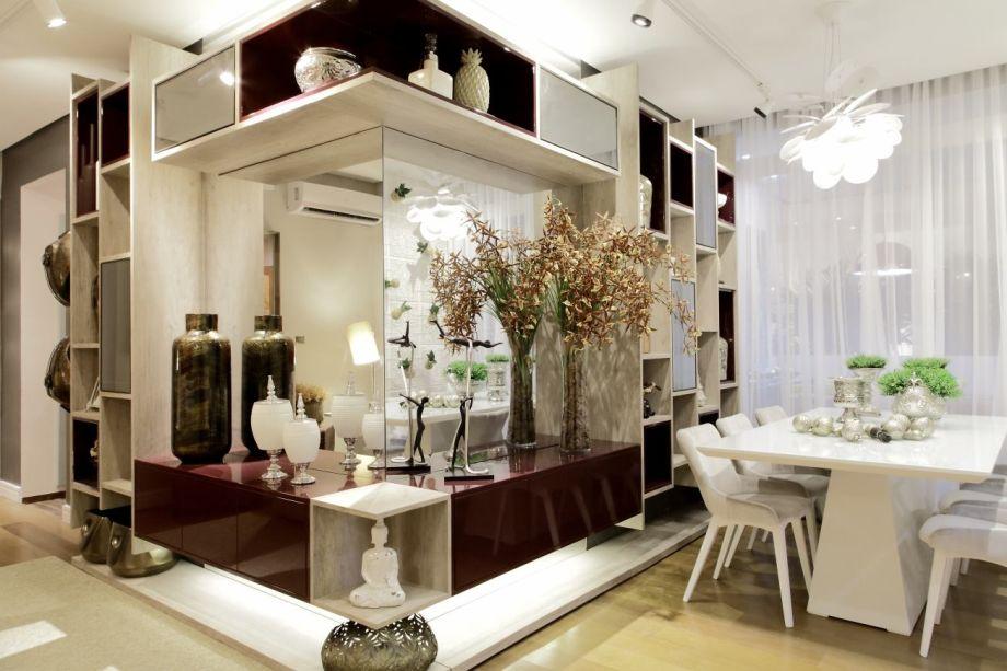 CASA COR Alagoas 2015. Sala de Estar e Jantar - Adriana Codá. O desenho do mobiliário fixo otimiza o espaço, que conversa com referências regionais como o painel de filé em gesso 3D, atrás da mesa de jantar.