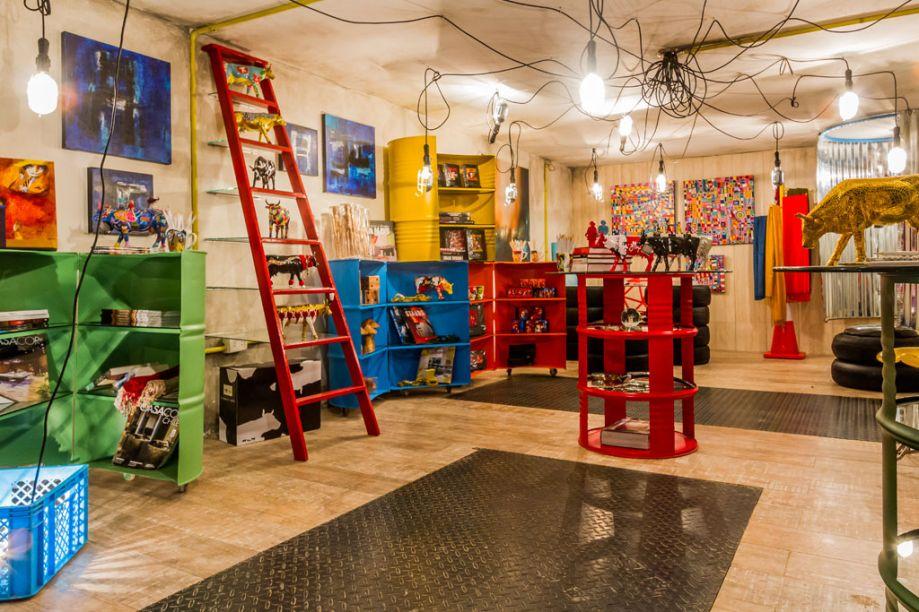 Casa Cor Bolívia 2015: Loja Casa Cor Bolívia por Olivia Moreno - Olivia Moreno transformou a garagem na loja Casa Cor Bolívia. No espaço, a fiação elétrica e os canos ficam à mostra. Luminárias e pranchas de ferro realçam o tom urbano do espaço. Para os móveis, elementos como pneus e barris foram reciclados.