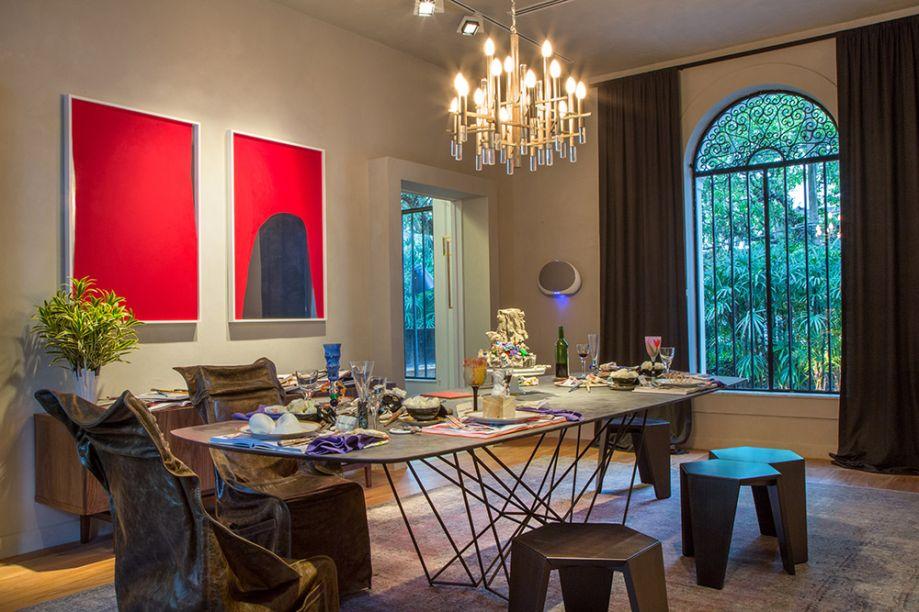 <span>Sala de Jantar - Gisele Taranto. Além de sala de jantar, a arquiteta pensou em um espaço com outros usos, como trabalhos e encontros. Por isso, apostou na mesa Steel, de Fabrício Roncca, e no clima despojado criado pelas banquetas-mesas Araripe, de Flávio Borsato e Maurício Lamosa. O buffet Nova, de Bruno Faucz, também é multifuncional. Os móveis são todos da Ovoo.</span>