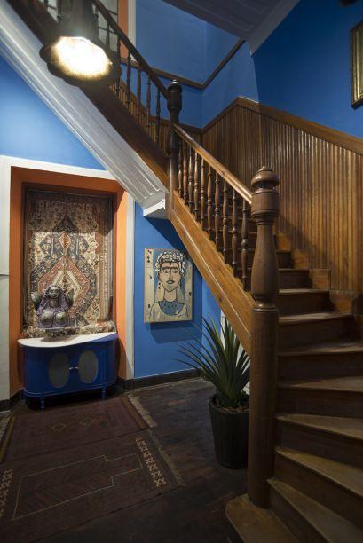 <span>Hall com Escada - Emília Porto e Mirian Bastos. A imponente escada em madeira passou por um extenso processo de restauração, enquanto o hall recebeu tratamento especial com novas cores e iluminação. Assim, os tempos gloriosos da casa histórica retornam, em diálogo com tapeçarias, obras de arte e outros detalhes renovadores.</span>