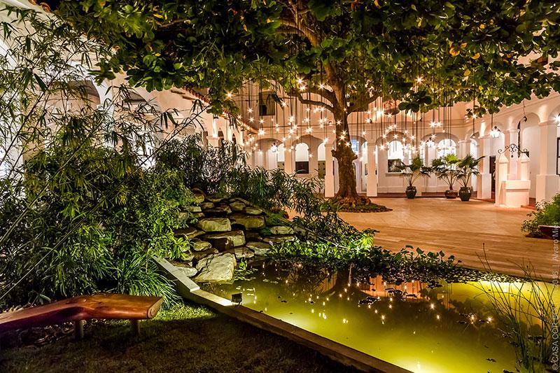 <span>Jardín Central - Marcela Montes e Ingo Betram. Quando cai a noite, as mais de cem lâmpadas que pendem da árvore são acesas. Alguns bancos em troncos naturais se transformam em local de descanso e contemplação.</span>