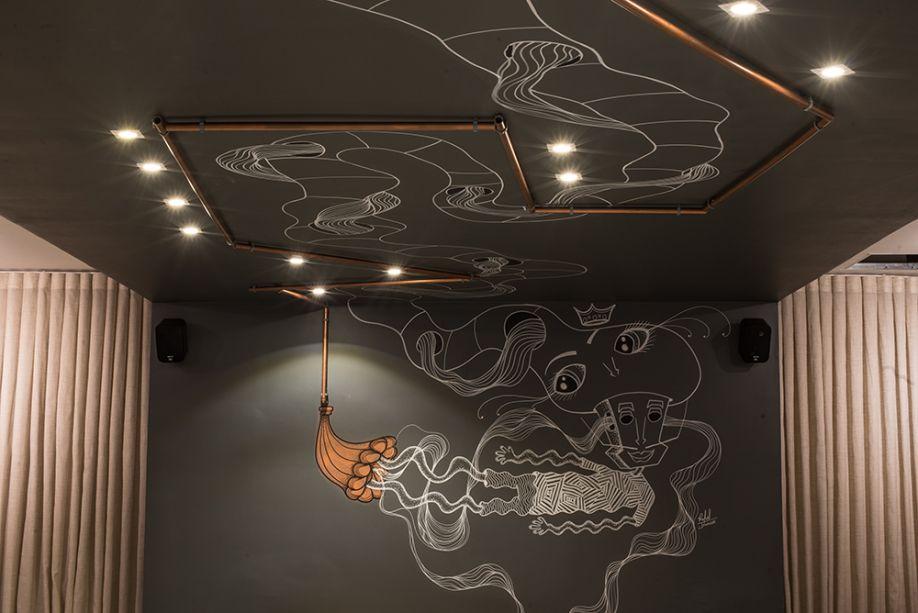 <span>Restaurante - Gabriely Fagotti e Ulisses Calhao Filho. Vários detalhes surpreendem, como as tubulações aparentes que desenham o teto e as paredes, enquanto acompanham as intervenções artísticas.</span>