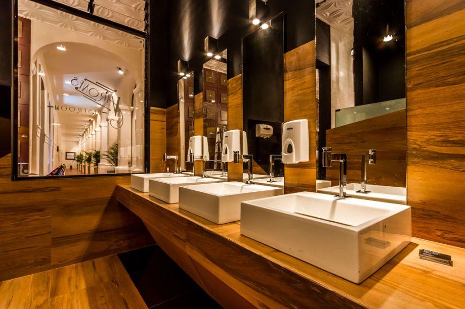 Casa Cor Bolívia 2015: Toalete masculino por Ricardo Dellien e José Freddy Vaca Tomasi - A dupla optou por um espaço com estilo industrial, cômodo e inspirado nos bares frequentados por torcedores. Cores como amarelo e preto aparecem no espaço.