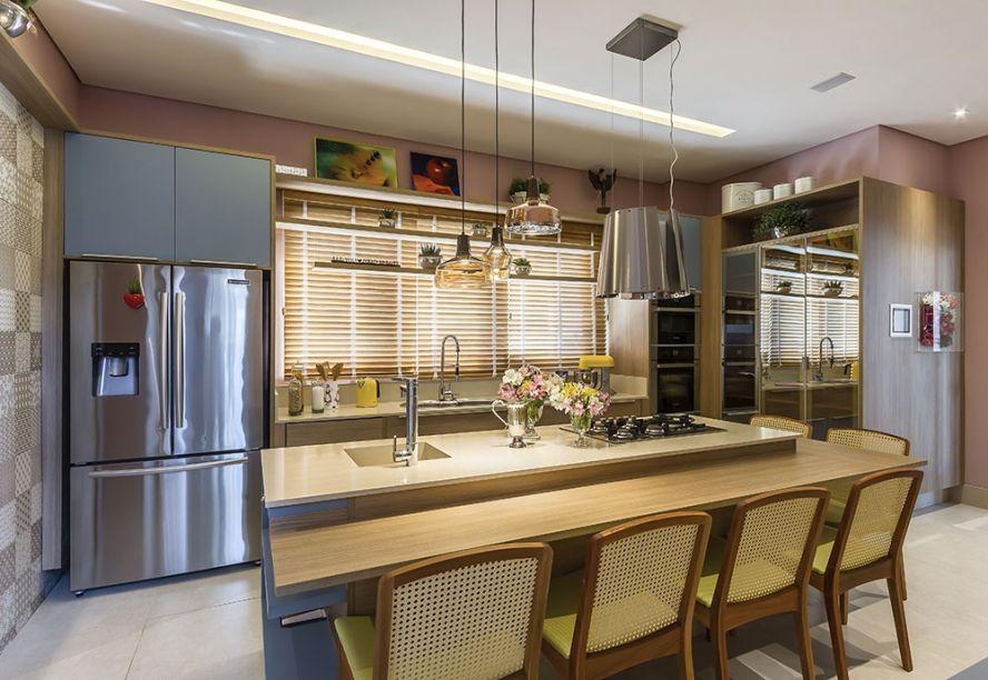 <span>Cozinha e Despensa - Elisa Garrafa e Solange Viera Rubim. A dupla optou pela paleta de candy colors, com a suavidade do rosa, amarelo, azul, verde e da madeira clara. A iluminação indireta e difusa é distribuída de forma homogênea por todo o ambiente. Superfícies reflexivas e metalizadas geram um contraste moderno.</span>