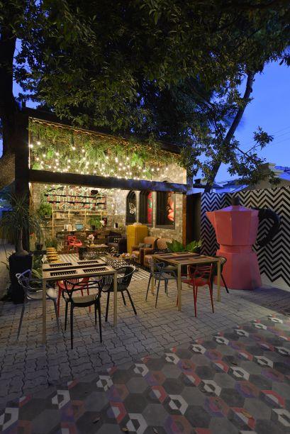 <span>Café Vila das Artes - Kaian Meira, Katinha Rodrigues e Norberto Júnior. A ideia é fazer um link entre os estilos urbano e industrial, como nas galerias de arte a céu aberto de Nova York e indústrias desativadas. Tudo tem aquele jeito de reaproveitamento criativo, como as mesas feitas com janelas e as ripas de madeira utilizadas na estante e na base do balcão espelhado. A cartela de cores inclui os tons do ladrilho hidráulico, como vermelho e azul, com um toque de mostarda. E o teto verde iluminado é uma atração à parte.</span>