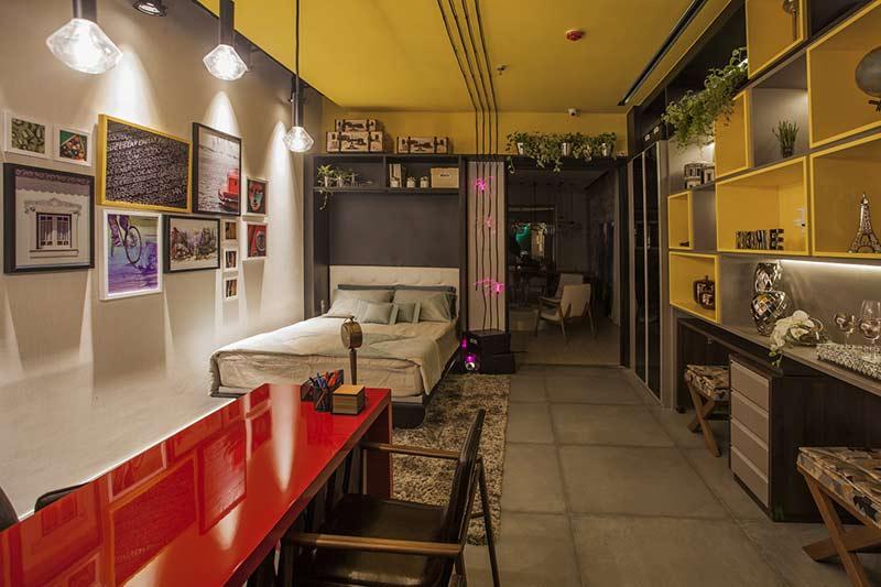 <span>Home Office - Tatiane Madeiro, Bianca David e Sylvia Gabriel. Os móveis planejados são a surpresa do ambiente e otimizam a área, além de se transformarem dependendo da necessidade do morador. Assim, ele pode utilizar o espaço como apê ou escritório. Cores quentes, como vermelho e amarelo - aplicado inclusive no teto - deixam o resultado descontraído.</span>