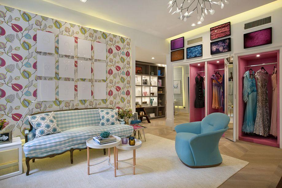 <span>Sala da Malu - Joy Garrido. Neste misto de escritório, sala íntima e quarto de vestir, a inspiração foi o estilista Guilherme Guimarães, o preferido das noivas e um símbolo e elegância nos anos 1960. Suas peças são expostas no ambiente com marcenaria em tons de pink. Ela contrasta com elementos turquesa, como a poltrona Trick, lançamento de Jader Almeida, da Finish.</span>