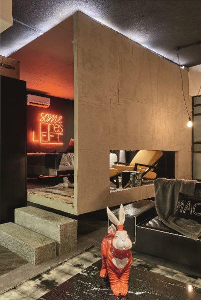 Someone's Loft - Flávia Amorim e Renata Melendez. Todos os ambientes são integrados, mas um cubo separa o quarto dos demais, conferindo privacidade e um maior controle da iluminação.