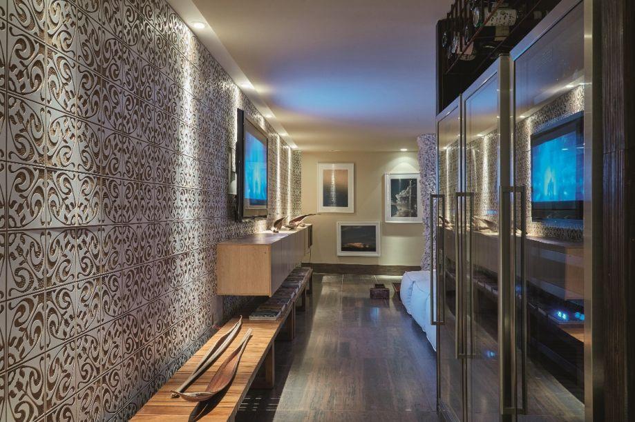 Recanto nas Nuvens - Márcio Corrêa e Cecília Werneburg. Outro destaque do ambiente são os azulejos em madeira, que revestem uma grande parede, cujo comprimento é acompanhado pelo banco multifuncional.