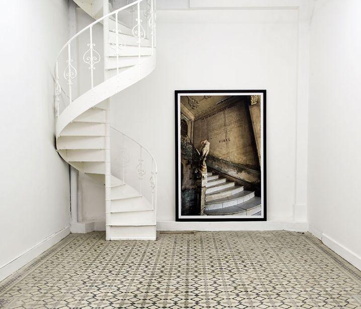 CASACOR Peru 2015. Galeria de Arte - Claudia Pareja. O espaço busca promover uma reflexão sobre as várias práticas artísticas contemporâneas, mas com uma arquitetura que revista e coloca em cena elementos de outros tempos, como a escada forjada e os ladrilhos.