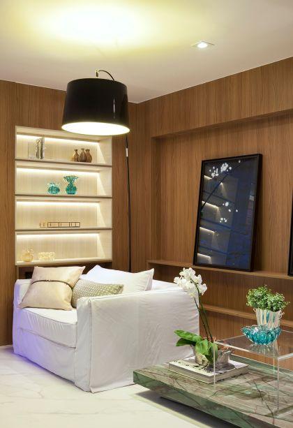 CASACOR Espírito Santo 2015. Casa de Vidro - Tamara Raizer. A madeira aquece as paredes e traz a intenção de celebrar a brasilidade no espaço, que reúne mobiliário nacional e matérias-primas como granitos exóticos.
