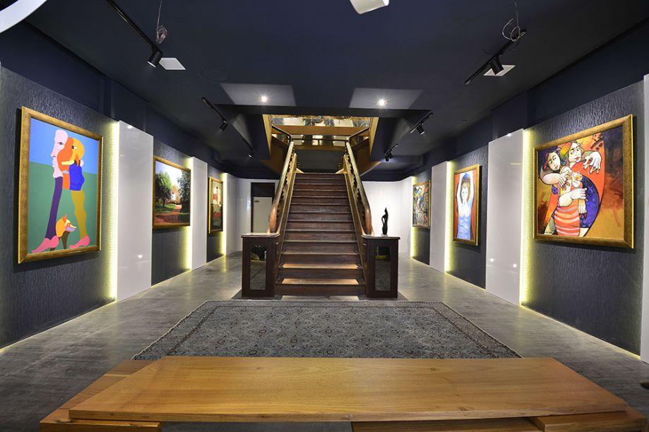 Galeria de Arte - Paula Lino. O projeto renova o espaço e ao mesmo tempo preserva elementos marcantes do prédio, como a escada original em madeira maciça.