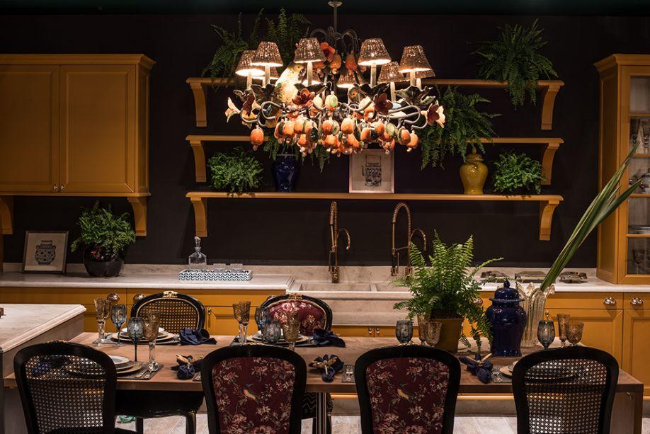 <span>Lounge Gourmet - Habner Zuhany. A apresentadora Sabrina Sato e seu estilo inovador, glamouroso e sexy são a inspiração. Para surpreender, surgem misturas de padronagens, como cadeiras estofadas em tecido floral ou em palhinha, além da exuberância do verde nas samambaias. Falando em cores, elas têm papel fundamental, em tonalidades exclusivas como framboesa, céu negro e verde nepal. Diante das paredes sóbrias, os móveis em amarelo ganham ainda mais personalidade. Repare também no lustre tropical, que une de forma lúdica cajus artificiais e cúpulas em fibras naturais.</span>