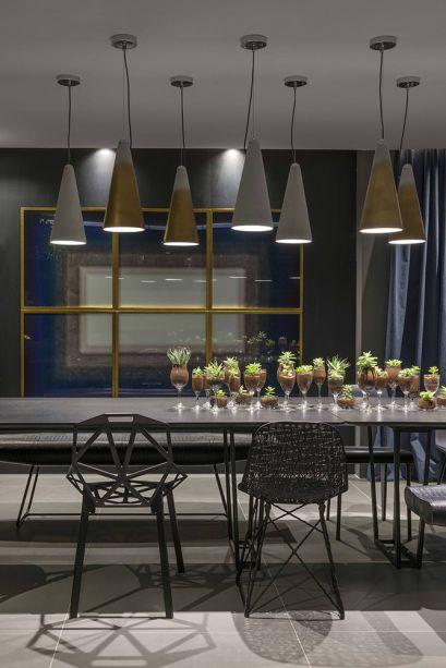 Refúgio do Homem Contemporâneo – Wilker Medeiros e Alex Claver (Studio 2 Arquitetura e Interiores). Solteiro, cosmopolita, que ama arte e design e gosta de receber amigos. Este é o perfil do dono deste espaço, cujo bom gosto se expressa na sala de jantar nada convencional. Ela reúne diferentes cadeiras de design ao redor da mesa, em um conjunto regido por duas fileiras de pendentes cônicos, que formam uma luz cênica.