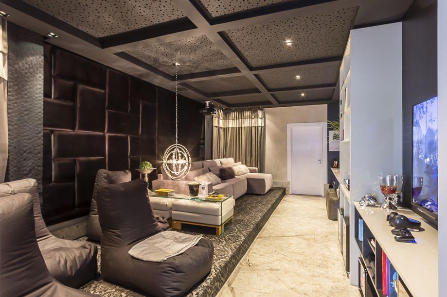 <span>Home Cinema e Game Room - Ines Scisci e Adriana Beluomini. Materiais e móveis luxuosos conferem glamour, mas o uso diário faz do espaço um lugar despojado. Assentos variados permitem se acomodar como preferir, aproveitando ao máximo a extensão do espaço.</span>