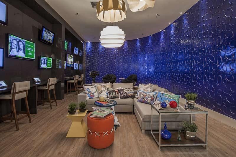 <span>Media Lounge Diário do Pará - Marianna Bonna e Raíssa Colares. O azul predominante remete ao ambiente televisivo e a identidade visual do grupo, neste projeto que busca mostrar a realidade dos estúdios de gravação, da redação de jornais e de conteúdo online. Destaque para o revestimento 3D nas paredes, valorizado pela iluminação cênica difusa.</span>
