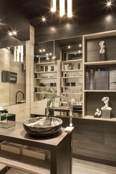 <span>Toillet Social - Luciana Aguiar. Banheiros costumam ser o espaço mais reduzido de uma casa. Por isso, a arquiteta investiu em cores básicas e no mobiliário retilíneo, sob medida. Os nichos, de formas igualmente simples, deixam objetos à mão. Outro recurso que amplia visualmente a área são os espelhos aplicados nas paredes e nas portas de armários.</span>