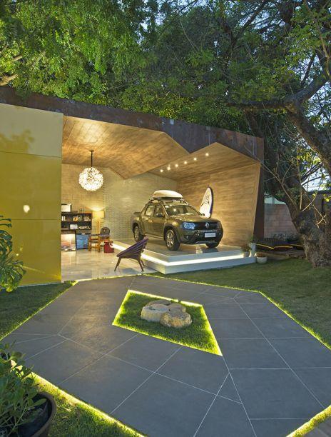 <span>Garagem Renault - Geórgia Vieira e João Dias. O jardim utiliza plantas típicas da região e traz uma versão diferente da logomarca da Renault, iluminada no gramado.</span>