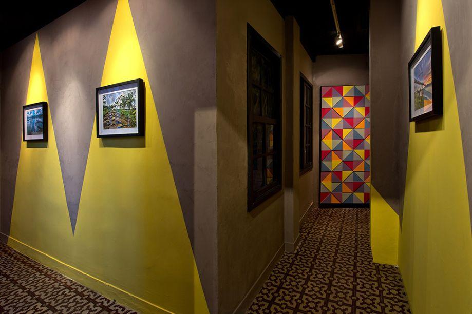 Galeria Renner - Beto Gebara e Marila Filártiga. Nesta galeria de arte, as paredes com geometrismos chamam a atenção para as telas. O contraste entre o tom cítrico de amarelo e o efeito concreto funciona em conjunto com a iluminação, que estabelece pontos focais. O piso original da casa foi mantido e é outra atração à parte.