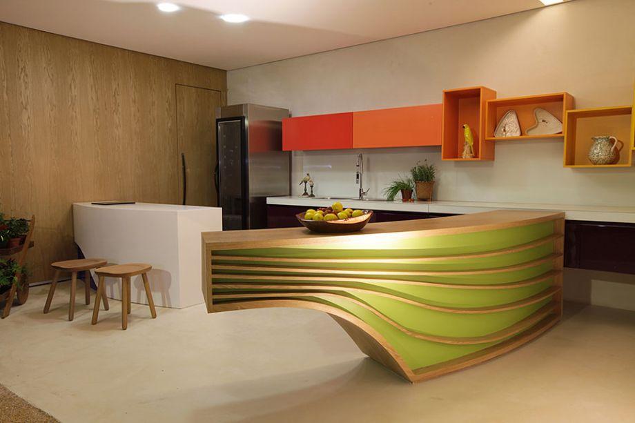 Sabor Brasil: Sebrae-Orkídea. A sinuosidade de rios, lagos e montanhas e as obras clássicas de Oscar Niemeyer são a inspiração evidente nos balcões, chamados de afluentes. O contraste fica a cargo do traçado reto dos amários e nichos suspensos, que incorporam um outro tom que remete à natureza local. O mobiliário, o piso e os revestimentos são todos de fabricação mineira.