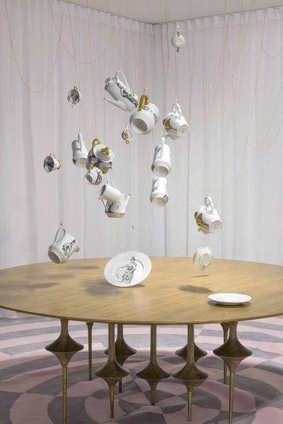 Galeria Leo – Leo Romano. O arquiteto cria uma atmosfera onírica inspirada no balé Lago dos Cisnes, partindo da construção de um espaço sensorial capaz de tocar a alma do público. Fios suspensos inspiram movimento, assim como as esferas iluminadas. O ambiente ocupa 108m².