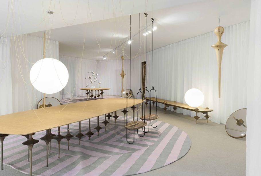 Galeria Leo – Leo Romano. Móveis de linhas delicadas, da linha Bailarina, foram desenhados pelo profissional. Com pés finíssimos, a mesa parece mal tocar no chão, assim como os balanços da mesma coleção.