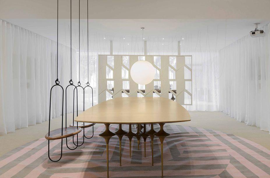 Galeria Leo – Leo Romano. O arquiteto desafia a percepção e cria um espaço suspenso no tempo, com porcelanas desenhadas à mão expostas de maneira inovadora em uma cena de sonho.