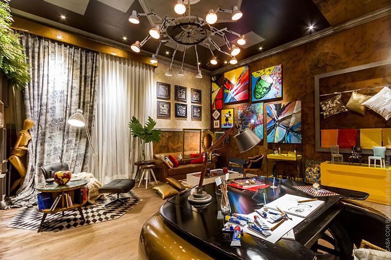 <span>El atelier del diseñador - Alejandra Reyes, María Belén Moreno e Verónica Melgar. Criativos e funcionais, os objetos que dão vida ao espaço vêm com a intenção de inspirar. Observe a imponente luminária, composta de 16 lâmpadas.</span>