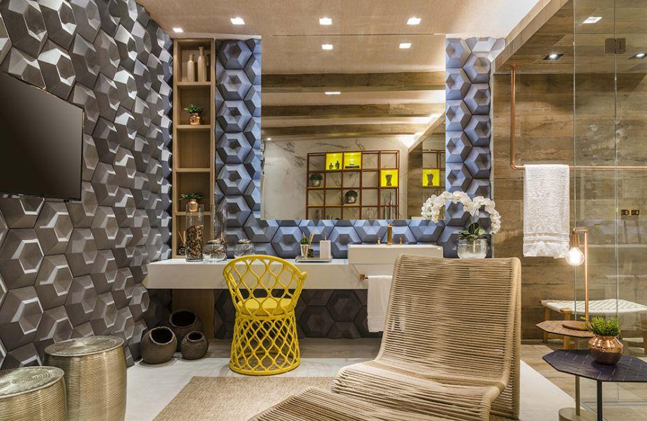 Banho de Luxo – Gustavo Assunção, Laura Oliveira e Sergio Peres (Simmetria Arquitetura). A aparência de madeira aquece a área do box, em porcelanato. O amarelo pontua o espaço de várias formas, seja no mobiliário fixo ou nos nichos iluminados. Para garantir a sofisticação, uma das paredes foi revestida em mármore.