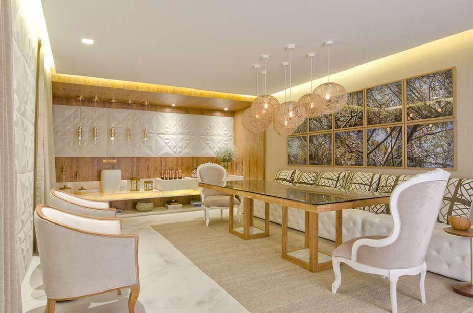 Sala de Jantar - Joyce Stela e Leonardo Dias. As texturas, estampas e cores estabelecem um elegante diálogo com o sertão nordestino, também retratado nas fotografias de Ubarana Júnior, que preenchem uma das paredes.