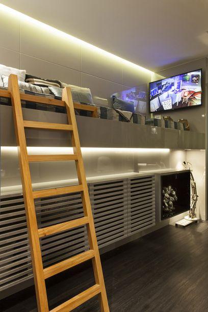 <span>Quarto do Estudante de Engenharia - Nicole Guiote Dalvi Rangel. A funcionalidade característica dos engenheiros foi essencial para aproveitar os 9,60 m² do dormitório e os 4,20 m² da varanda, que virou saleta de leitura. A marcenaria foi a chave para criar espaços como a cama suspensa com acabamento em laca alto brilho, que permitiu abrigar uma sapateira logo abaixo.</span>